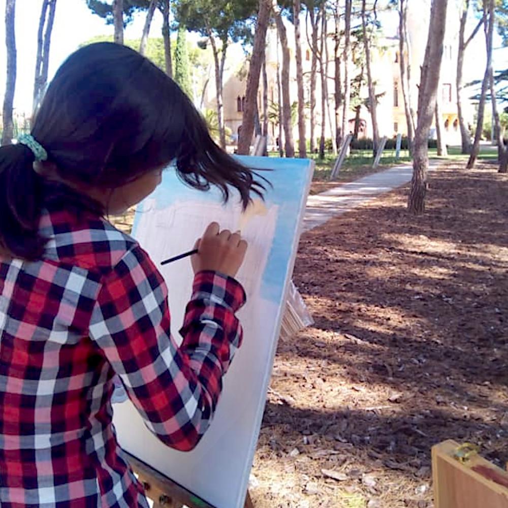 Noia pintant al Castell