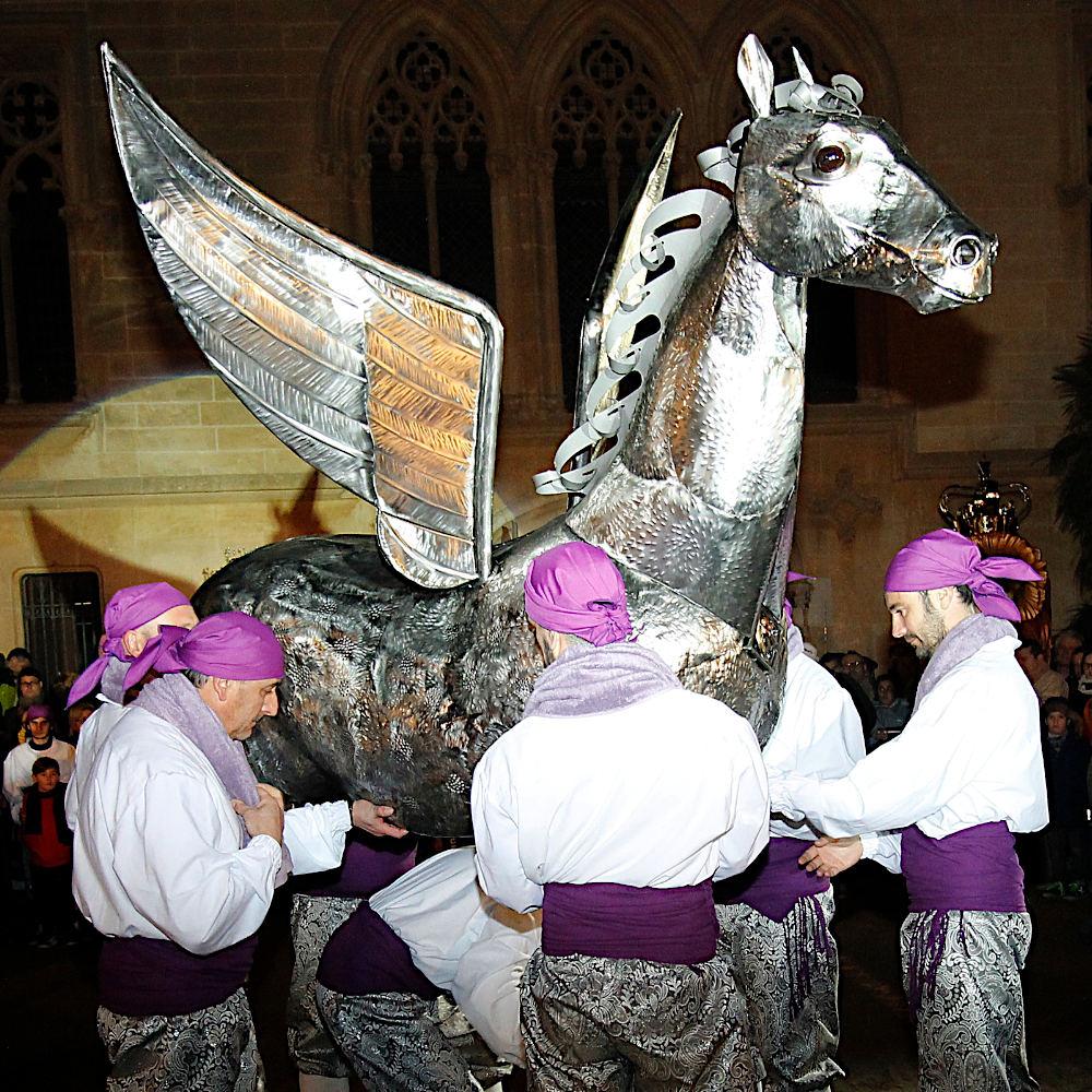 Presentació del cavall alat durant el seguici de 2019