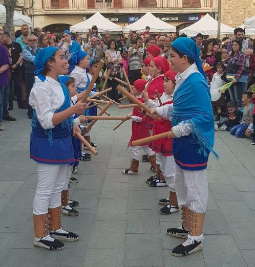 Fotografia de l'actuació de l'esbart per Sant Jordi